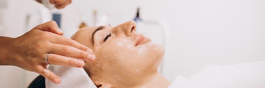 Proporciona luminosidad y elasticidad a la piel